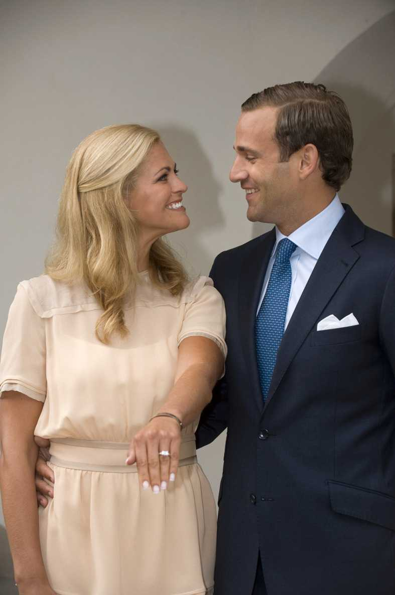 2010 Prinsessan Madeleine bryter sin förlovning med juristen Jonas Bergström och flyttar till New York.