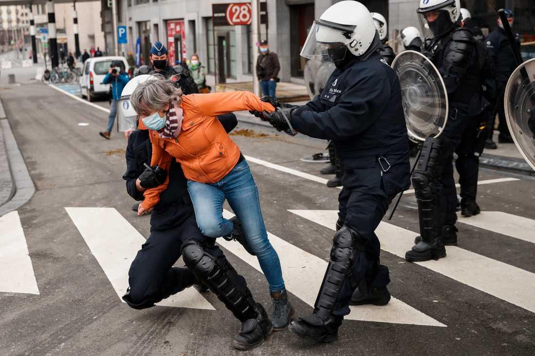 Hundratals människor greps i Bryssel på söndagen efter en olaglig demonstration mot corona-restriktionerna.