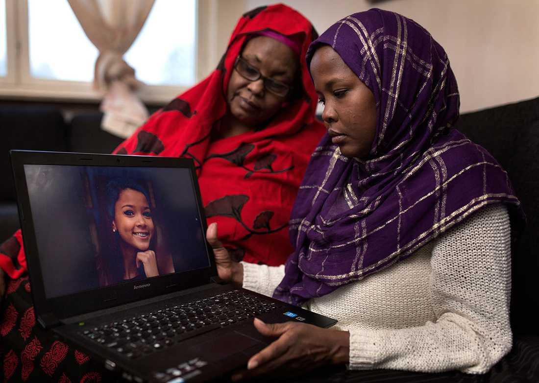 Anisahs mamma och mormor håller upp ett porträtt.