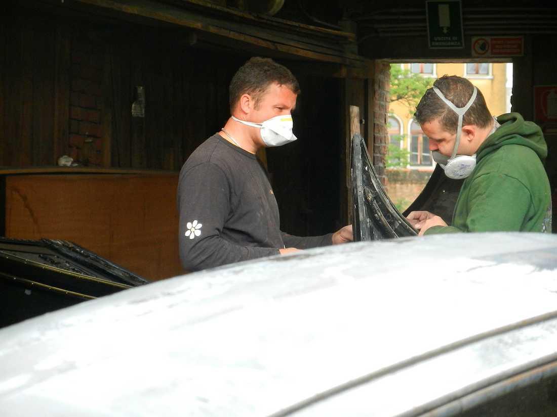 En av de fåtal nya gondoler som tillverkas i år slipas till på Lorenzo Della Toffolas varv.