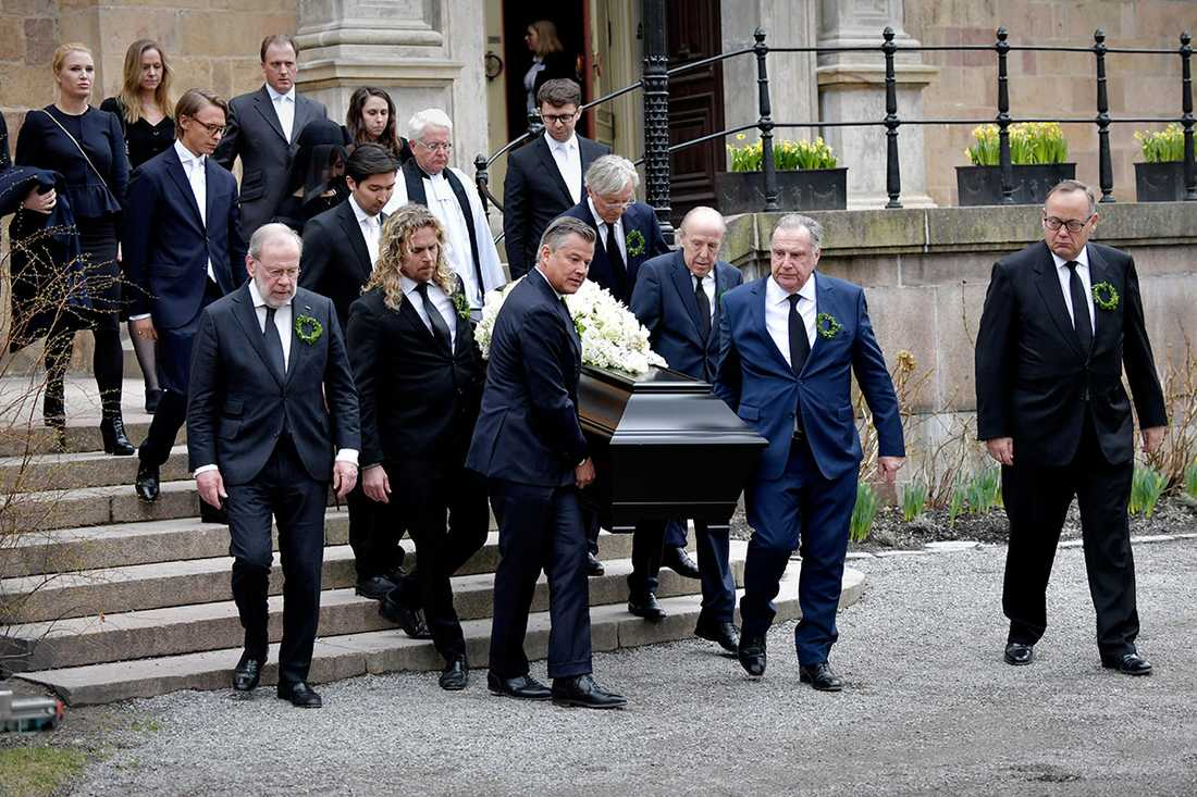 Kicken Lundqvist, Noppes styvson Leonard, Per Taube, Aje Philipsson och flera av Noppes vänner bär ut kistan.