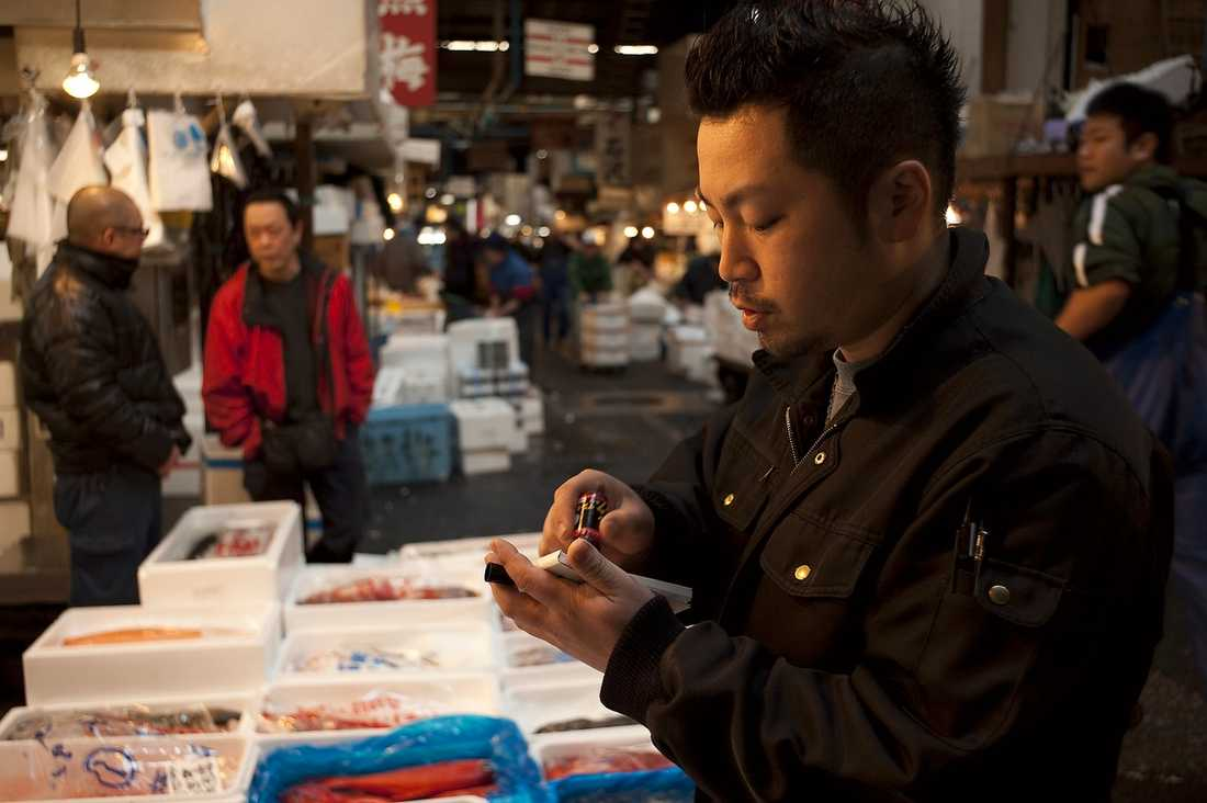 FÖRLORAR KUNDER Tusentals fiskare förlorade livet i tsunamin. Båtar förstördes och sjönk. Fabriker jämnades med marken. Och nu kommer nästa slag för den japanska fiskindustrin: handlarna i Tokyo förlorar affärer från utländska kunder som är rädda för strålning.