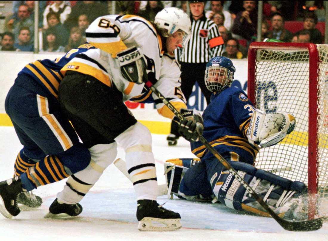 Jaromir Jagr försöker pressa in pucken vid Buffalomålvakten Dominik Haseks vänstra stolpe. Bilden är tagen i februari 1995.