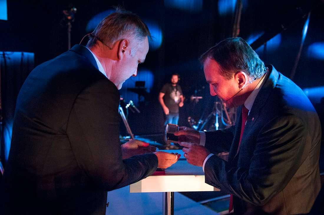 Vill du ha en tablett ? Jonas Sjöstedt (V) och Stefan Löfven (S).