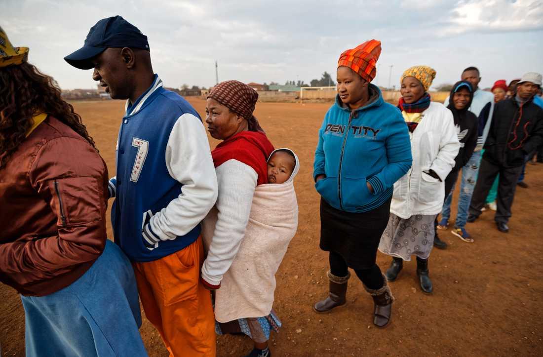 Väljare köar till en vallokal i Bekkersdal väster om Johannesburg.
