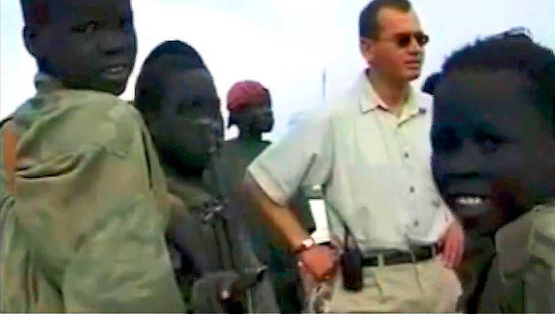 I OLJANS LAND Ian Lundin, vd för Lundin Petroleum, omgiven av barnsoldater i södra Sudan 2001