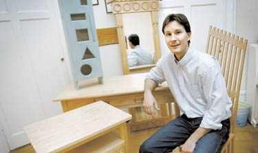 SNYGG SNICKARGLÄDJE Nu är det hett att tillverka egna möbler och intresset för hantverkskurserna är enormt. Här visar händige Peter Allstrym några av sina möbelverk.