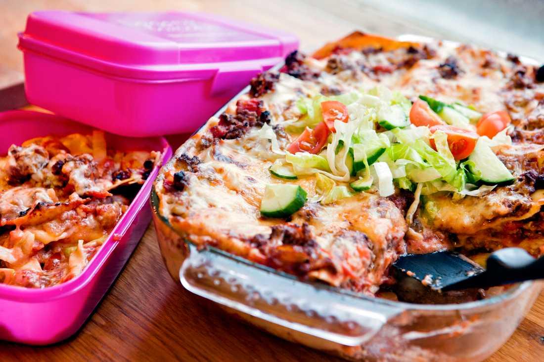 Lasagne med extra sting och vitkålssallad till matlådan.