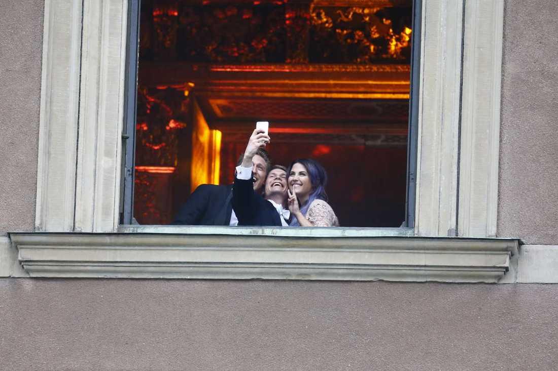 Molly Sandén och Danny tar selfies.