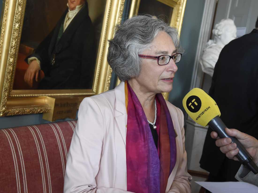 Olga Botner, ordförande för Nobelpriset i fysik, på Vetenskapsakademien. Årets Nobelpris i fysik går till Arthur Ashkin, Donna Strickland och Gérard Mourou för forskning inom laserfysik.