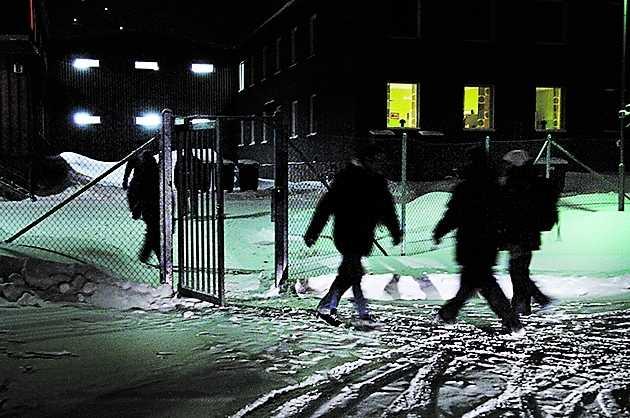 Efter uppgifterna om fusket med förstärkningen i Kirunagruvan har LKAB stängt av flera områden i gruvan av säkerhetsskäl. Arbetet i de andra delarna fortsätter. Här byter gruvarbetarna skift på fredagskvällen.