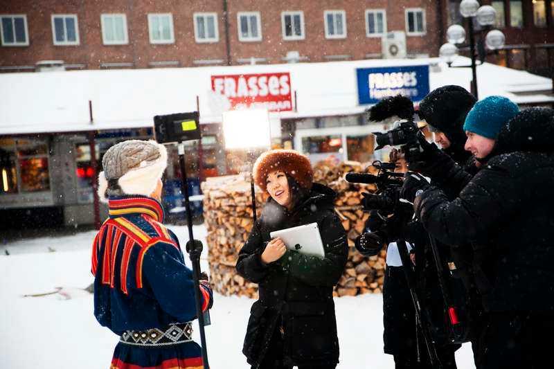 so very umeå Ett kinesiskt tv-team intervjuar en samisk man på Rådhustorget i Umeå. Foto: Johannes Samuelsson