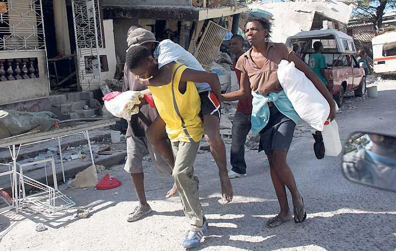 flyr helvetet Haiti är det västra jordklotets fattigaste land, som dessutom härjas av korruption och våld. Nu efter katastrofen behöver landet vår akuta hjälp, men för att lösa landets och folkets problem behövs långsiktigare lösningar.