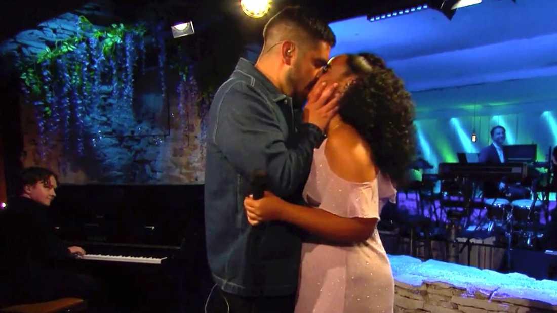 Frieriet avslutas med en kyss.