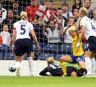 SOM ZLATAN Efter en hörna från Therese Sjögran studsar bollen på en engelsk spelare fram till Anna Sjöström. Bara några meter från mållinjen gör hon inget misstag. En elegant klack med högerfoten ger Sverige det viktiga ledningsmålet.