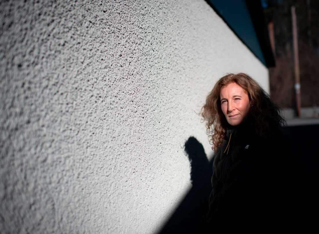 Eva Lessing har fortfarande, snart ett år efter att hon blev sjuk, problem med feber som kommer och går.