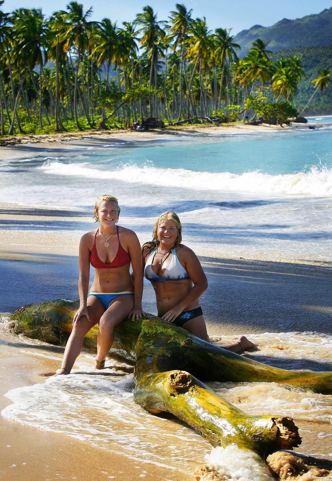 Chloe Thompson och Ashley Brown från USA provar Playa Rincón, av många ansedd som en av världens bästa stränder.