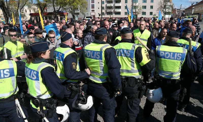 """När nazistiska Svenskarnas parti demonstrerade i Jönköping på första maj för två år sedan utbröt stenkastning, bilar brändes och flera personer fick uppsöka sjukhusvård. Mona Sahlin var på plats då och hon vill inte samma sak händer i Borlänge. """"Vi måste ta det på allvar."""""""