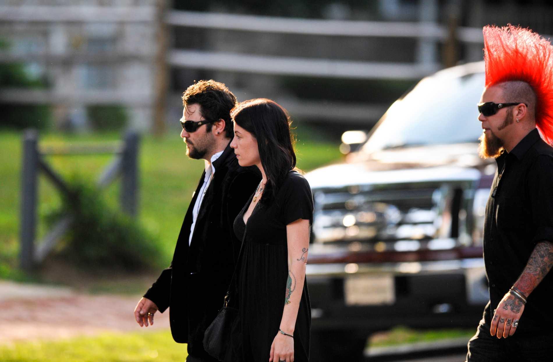 Bam Margera under Ryan Dunns begravning.
