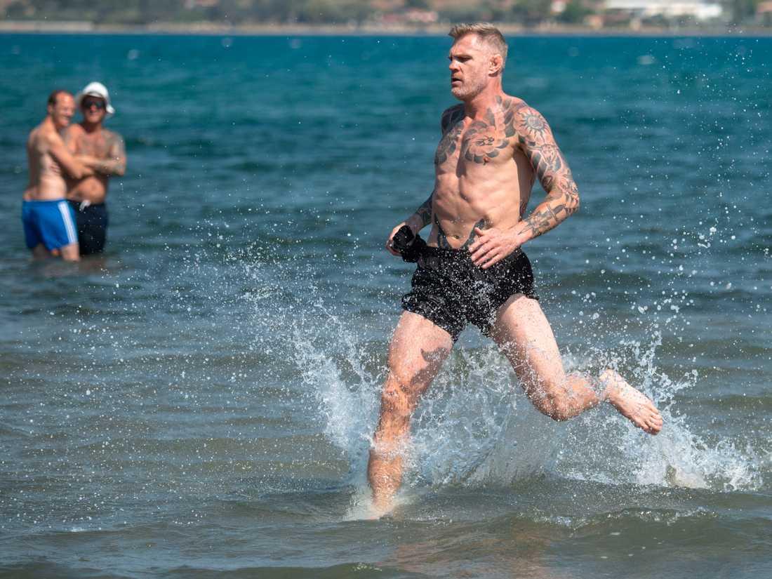"""Jörgen Kruth värmer upp i vattnet vid den grekiska kusten inför en tävling i """"Mästarnas mästare"""" 2020."""