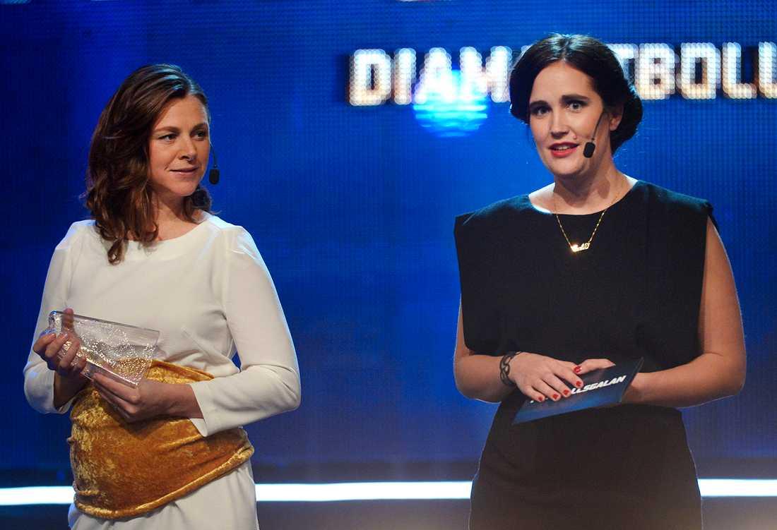 Tina Nordlund och Anja Gatu delar ut Diamantbollen 2012 som vinns av Lotta Schelin.