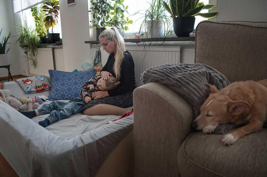 """""""Cimon har stort behov av tröst och närhet. Han kan ju inte kommunicera, han kan ingenting"""", säger hans mamma Lina Andersson"""