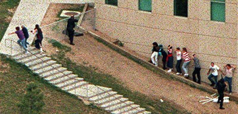 Eleverna försökte fly från skolan medan poliserna riktade sina vapen mot skolan.
