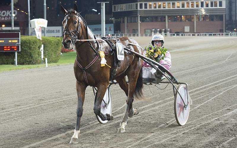 Coin Perdu segerdefilerar med Erik Adielsson