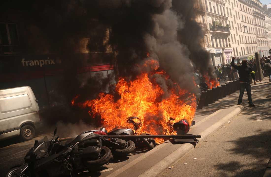 Motorcyklar i brand i centrala Paris på lördagen.