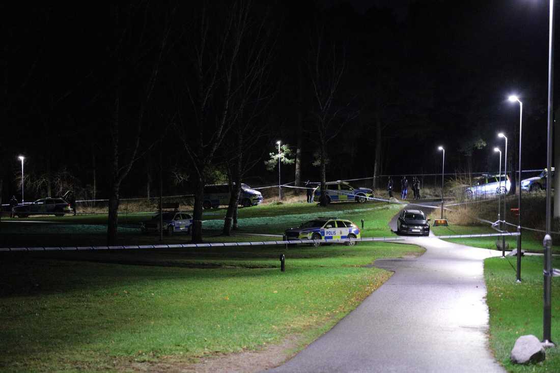 Polisens tekniker i arbete sedan en person har skjutits till döds i Kungsängen nordväst om Stockholm sent på lördagskvällen.