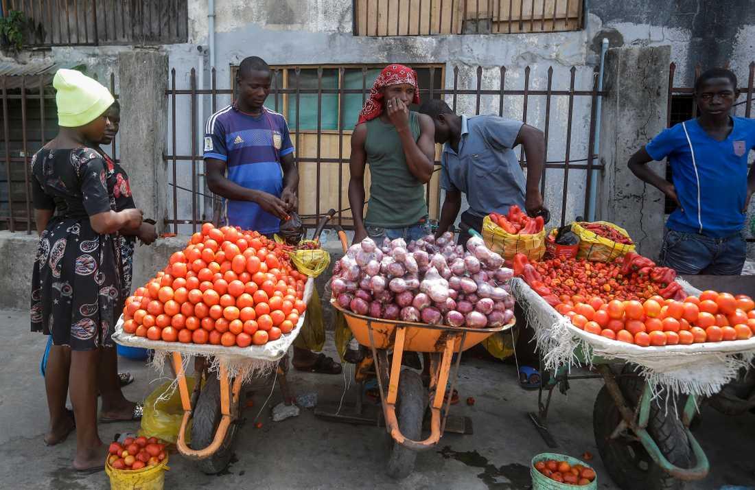 Tomater och lök saluförs på gatan i Nigerias största stad Lagos.