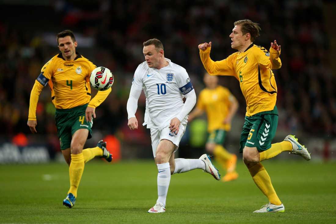Marius Zaliukas (till höger) i kamp med Wayne Rooney i EM-kvalet 2015.