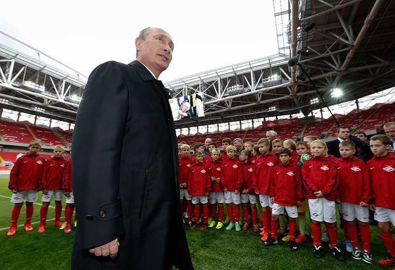 Putin är väldigt idrottsintresserad. Här vid en fotbollsmatch i fjol.