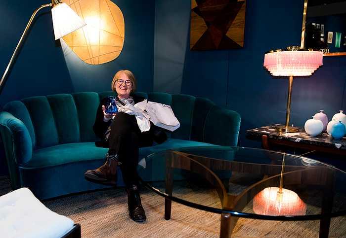 Här sitter Cecilia Dahlgren och är nöjd över ett modest mässfynd - en koboltblå hyacintvas