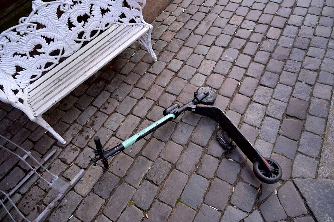 En elsparkcykel slängd på marken i Stockholm. Arkivbild.