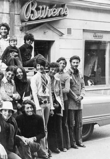 Den 22 personer stora familjen bin Ladin ställer upp sig för fotografering framför en av sina bilar på Åsgatan i centrala Falun 1971.