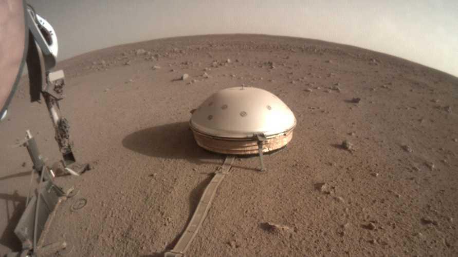 Den kupoltäckta seismometern Seis, som följde med farkosten Insight till Mars, har känt av hundratals skalv under sitt första år på planeten.