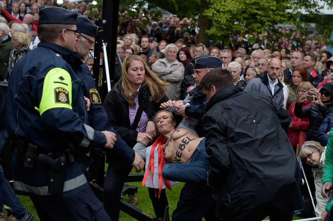 Flera poliser kopplar grepp om en aktivist.