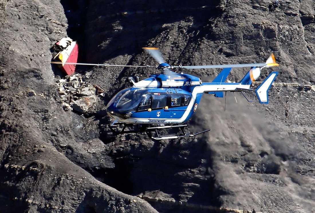 En helikopter vid platsen där planet kraschade.