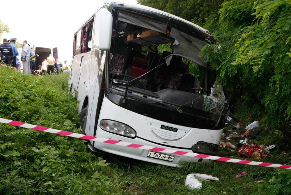 Minst 14 personer dog och 22 skadades i busskraschen.