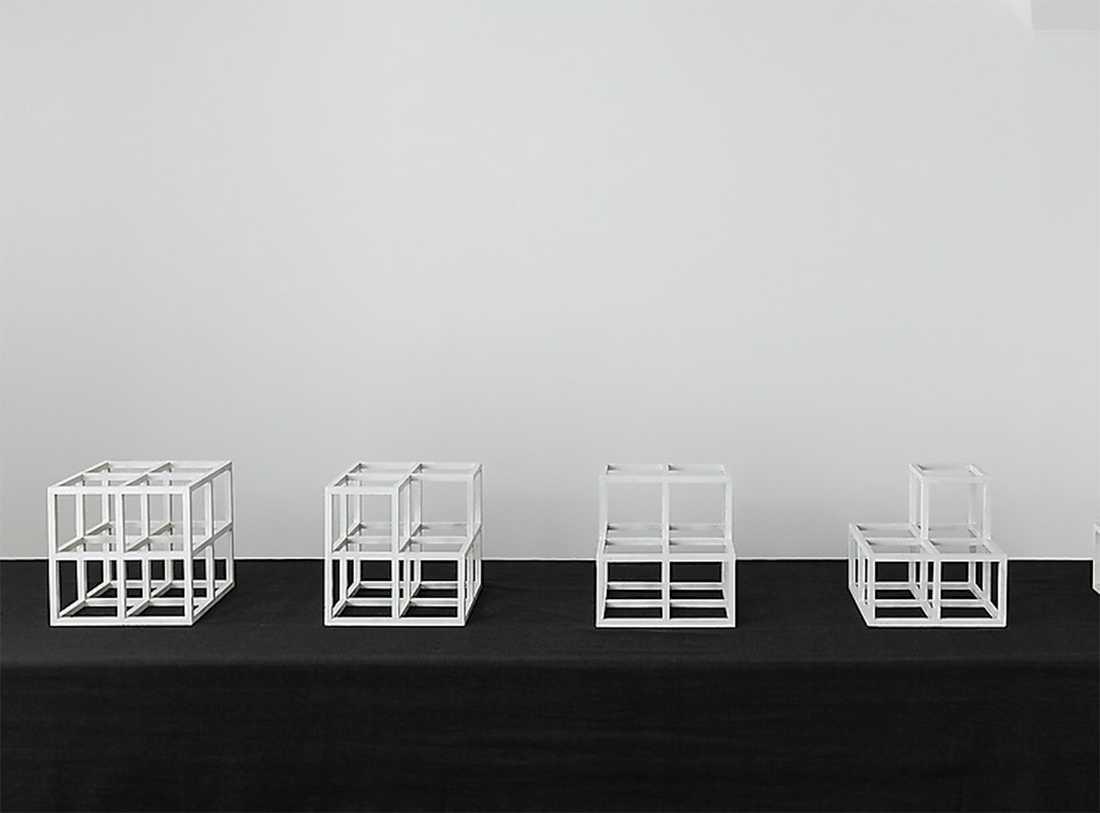 """Minimalisten Sol LeWitts (1928–2007) """"4 Cubes Horiztonal (Series)"""" från 1974. Vit färg på träkuber."""