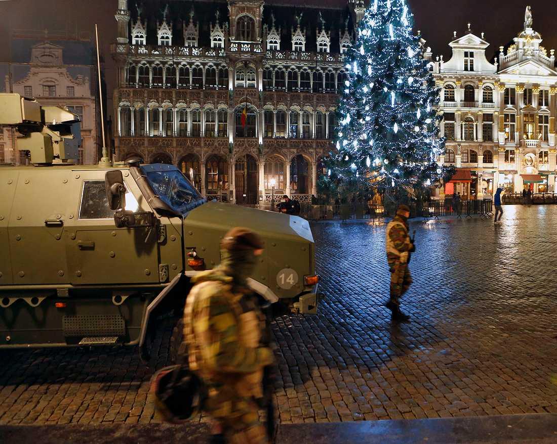 Ett julpyntat Grand Place i Bryssel - med pansarbil och soldater.