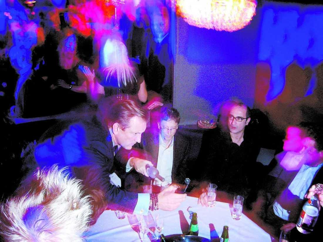 Bill Gates fick en hjälpande hand vid bordet när glaset skulle fyllas på.