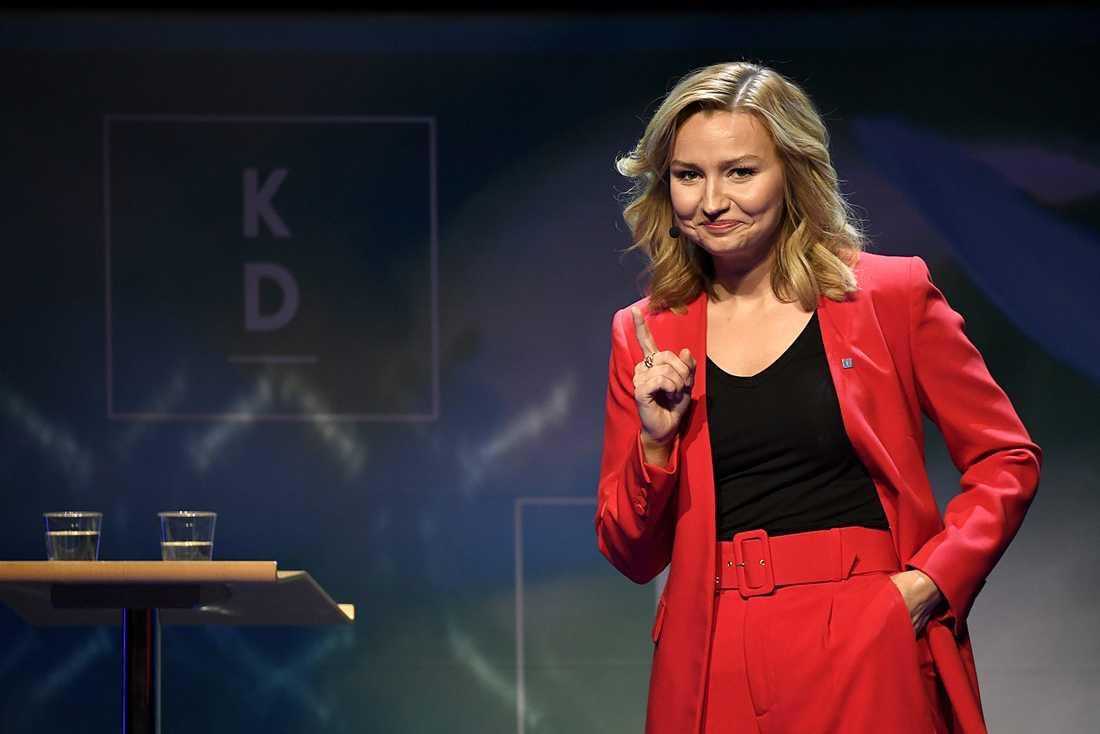 Kristdemokraternas partiledare Ebba Busch pekar fingret mot Socialdemokraterna efter att coronaviruset börjat spridas på svenska äldreboenden.