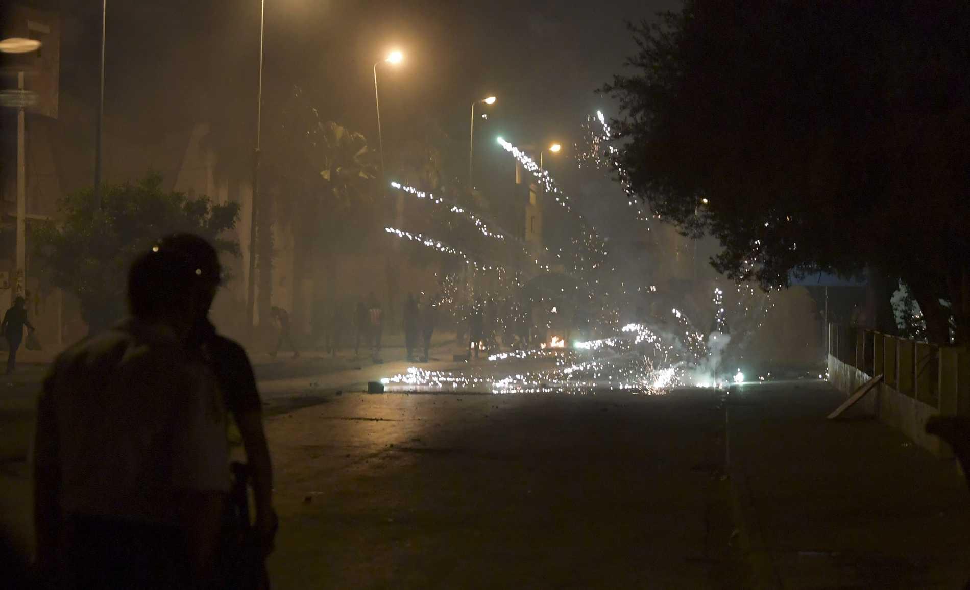 Tunisisk polis använder tårgas mot demonstranter.