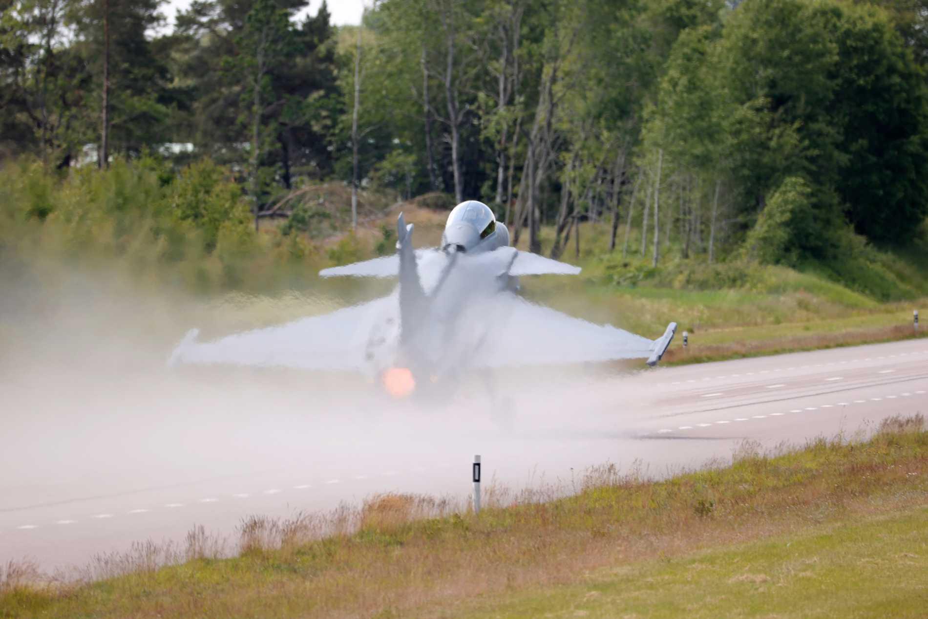 Ett Saab Gripen-plan gled av banan när det skulle landa på Linköpings flygplats under ett kraftigt skyfall på måndagen. Arkivbild.