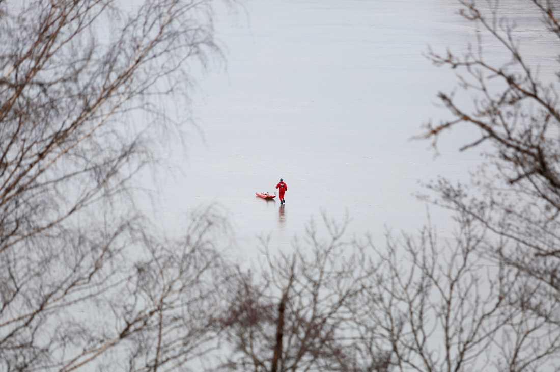 Flera personer gick genom isen nära Ekolsundsbron utanför Bålsta. En av dem omkom.