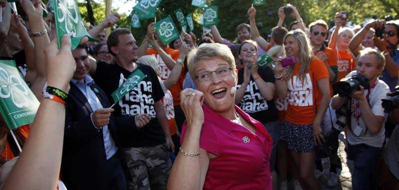 Maud Olofsson dansade loss med partivänner i publiken.