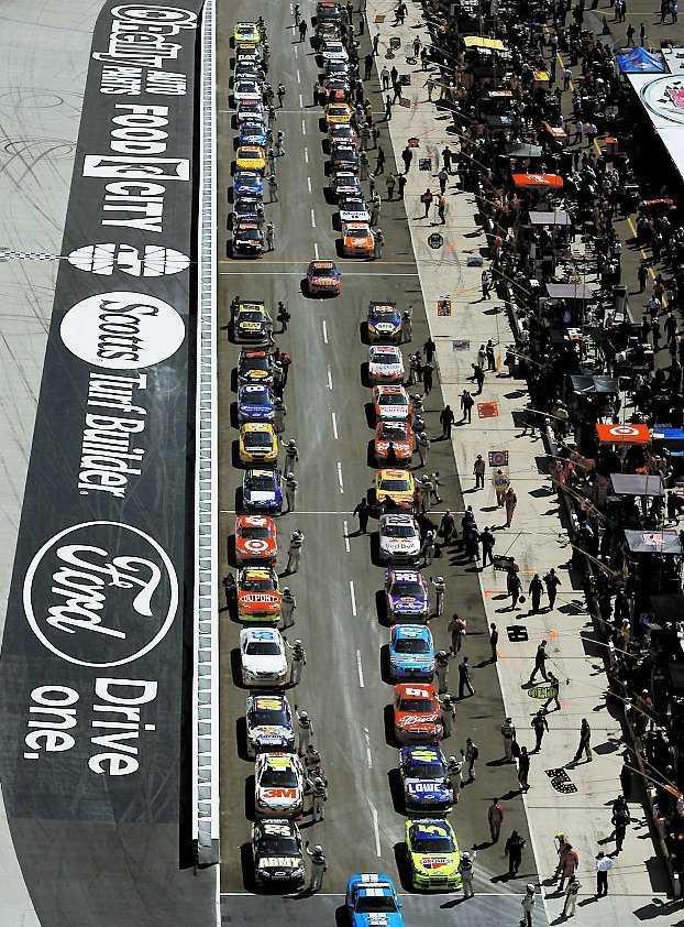 Redo för start – bilarna står uppradade inför storloppet.