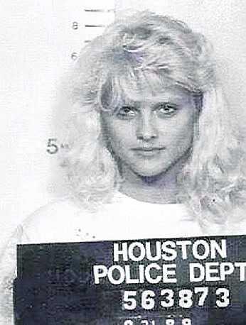 1989, tre år före sin debut i Playboy, arresterades den då 21-åriga Anna Nicole Smith i Houston, Texas för rattfylla. 18 år senare avled hon av en överdos receptbelagda läkemedel i Florida.
